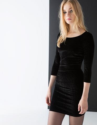 Combinar vestido negro de terciopelo